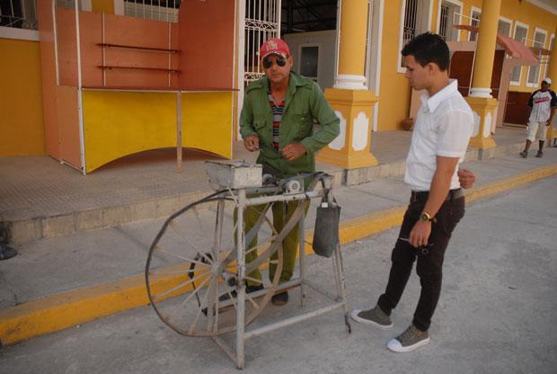 Juan Miguel Ochoa intenta conservar un oficio casi desaparecido en Holguín.