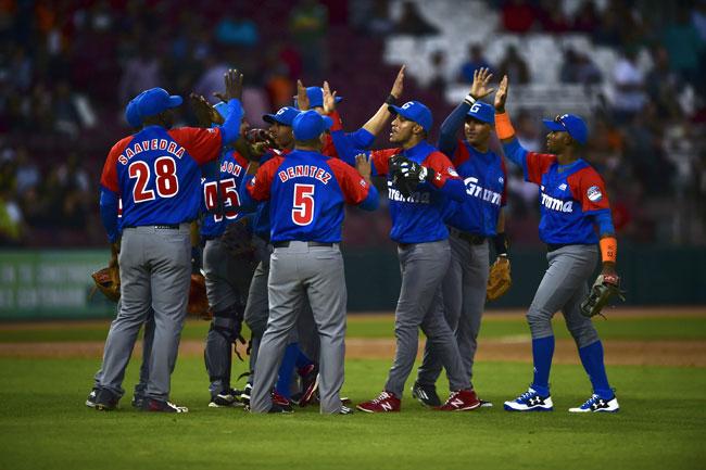 Alazanes de Granma de Cuba vencen a Tigres de Licey de República Dominicana. / AFP PHOTO-RONALDO SCHEMIDT