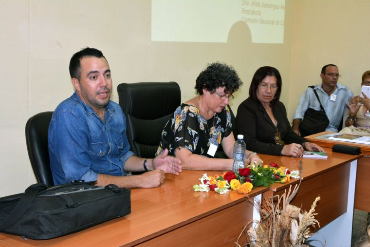 La Dr. C. Hilda Saladrigas Medina (al centro), Presidenta de la Comisión Nacional de Carrera de Comunicación Social, participa en el Seminario de Comunicación Institucional.