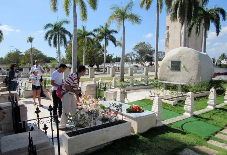 Junto a una representación de estudiantes y profesores de la Universidad de Holguín visité Santiago de Cuba para rendir tributo a Fidel Castro y José Martí en el Cementerio Santa Ifigenia. Sábado 4 de febrero de 2017. UHO FOTO/Vladimir Pita.