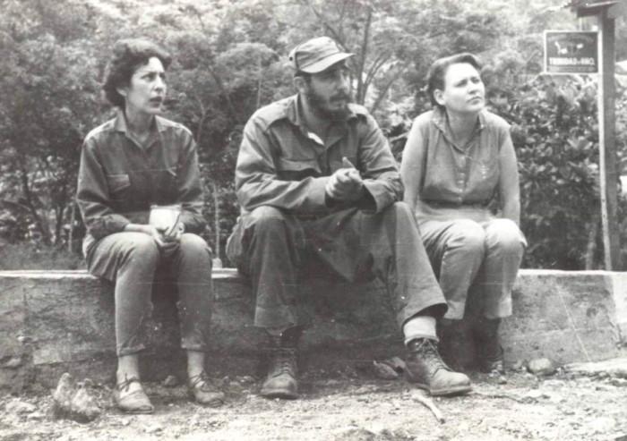 Junto a las combatientes del Ejército Rebelde Celia Sánchez Manduley y Haydeé Santamaría Cuadrado. El Naranjo, Sierra Maestra, mayo de 1958.