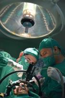El doctor Julio Cesar Selva (I) encabeza el equipo multidisciplinario que lleva a cabo la cirugía funcional del Parkinson mediante la técnica estereotáxica, en el Hospital Clínico Quirúrgico Lucía Íñiguez Landín, de la ciudad de Holguín, Cuba, el 20 de febrero de 2017. ACN FOTO/Juan Pablo CARRERAS/sdl