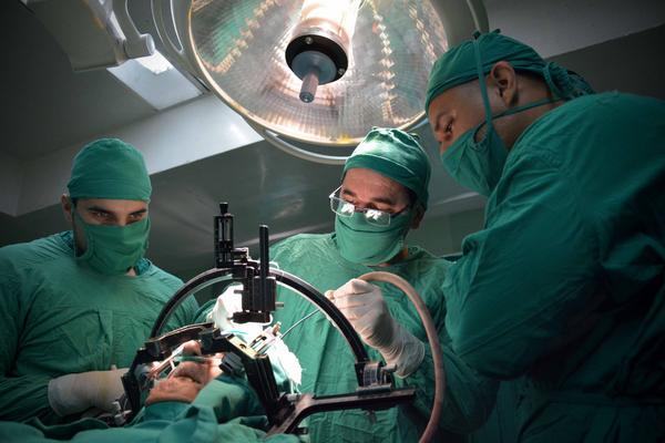 El doctor Julio Cesar Selva (C) encabeza el equipo multidisciplinario que lleva a cabo la cirugía funcional del Parkinson mediante la técnica estereotáxica, en el Hospital Clínico Quirúrgico Lucía Íñiguez Landín, de la ciudad de Holguín, Cuba, el 20 de febrero de 2017. ACN FOTO/Juan Pablo CARRERAS.