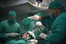El doctor Julio Cesar Selva (C) encabeza el equipo multidisciplinario que lleva a cabo la cirugía funcional del Parkinson mediante la técnica estereotáxica, en el Hospital Clínico Quirúrgico Lucía Íñiguez Landín, de la ciudad de Holguín, Cuba, el 20 de febrero de 2017. ACN FOTO/Juan Pablo CARRERAS/sdl