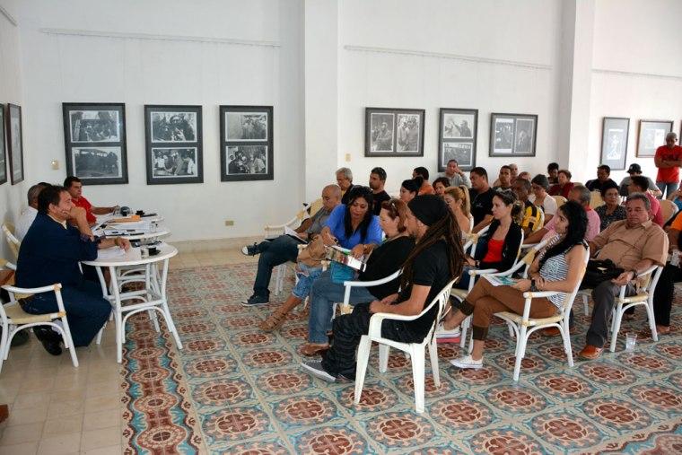 En plena reunión del Comité Organizador de las Romerías de Mayo en la Casa del Joven Creador, sede de la AHS en Holguín. VDC FOTO/Luis Ernesto Ruiz Martínez.