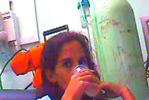 Adairis Miranda mientras bebe.