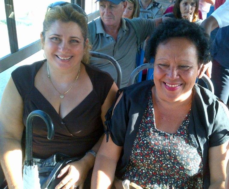 Mis colegas Virgen (izq) y Esperanza, después de pasar por el Clínico, donde la mayoría de los pasajeros descienden de la Diana. VDC Foto: Luis Ernesto Ruiz Martínez.
