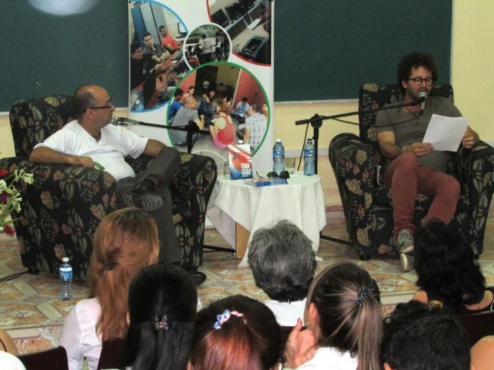 Ernesto Limia y Raúl Paz dialogan con universitarios en Holguín. Foto: Francisco Rojas González.