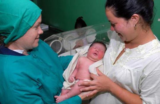El cuidado de la madre y el niño es clave en el sistema cubano de salud.