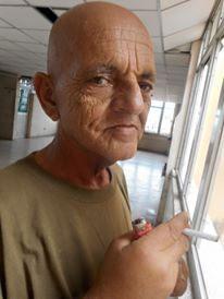 Pepe Sánchez en el Clínico, con su cigarrito en la mano.
