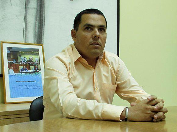 Víctor Aguilera Nonell, profesor del Departamento de Historia de la Universidad de Holguín, colecciona fotos del Comandante en Jefe desde que era un niño y actualmente posee alrededor de 27 mil imágenes. Cinthya García Casañas/Cubadebate.