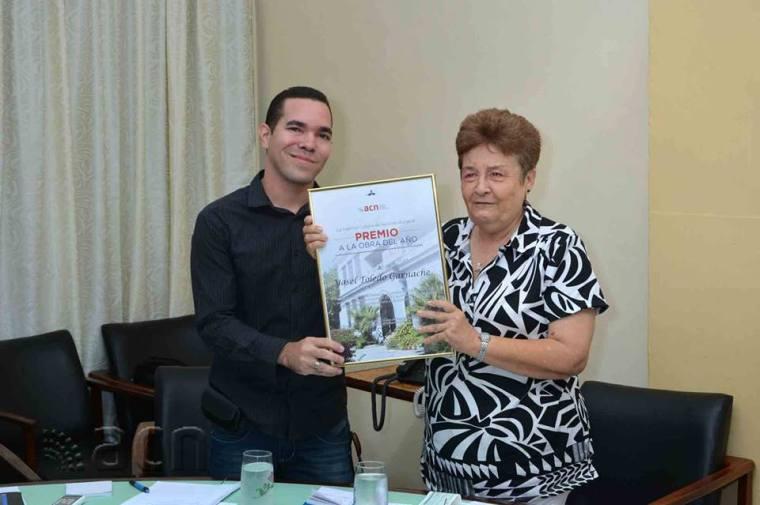 Edda Diz Garcés, directora de la Agencia Cubana de Noticias, entrega el Premio Anual de la ACN a Yasel Toledo.