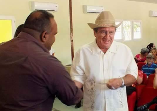 Moises Anazco (derecha), junto a Jorge Luis Cruz, Director del Ahora. Foto: Lisandra Cardoso Montaner.