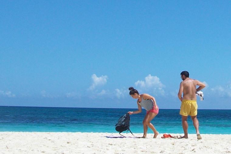 Una pareja disfruta de las bellezas de la playa Guardalavaca. VDC FOTO/Luis Ernesto Ruiz Martínez.