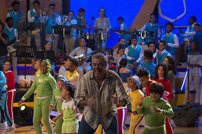 Cremata con los muchachos y muchachas de La Colmena TV. Foto: Cubadebate.