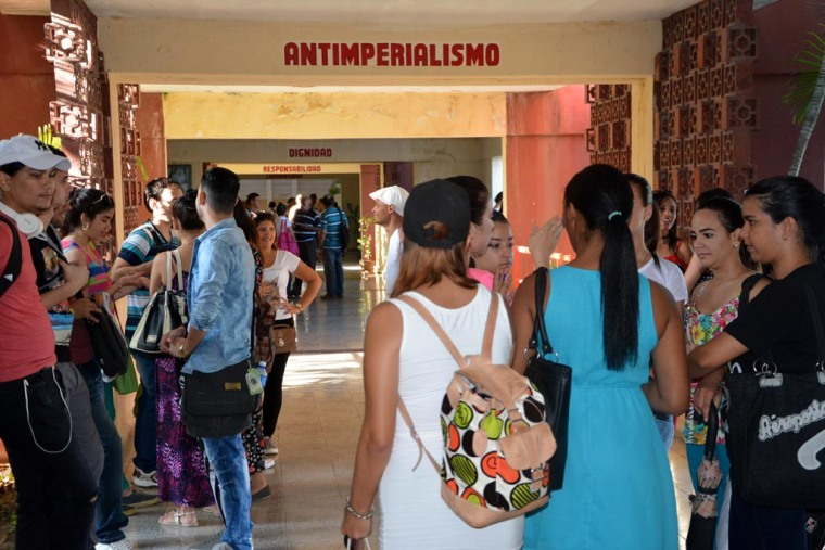 Los estudiantes regresan a la Universidad de Holguín. VDC FOTO/Luis Ernesto Ruiz Martínez.