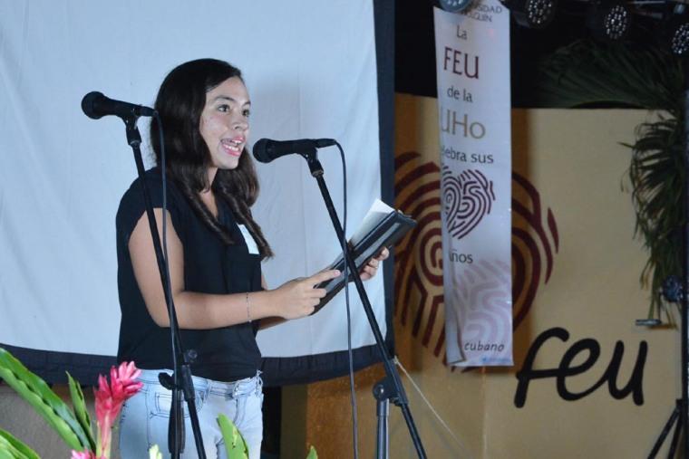 Iriannis Torres Miranda, estudiante de primer año de Periodismo, habló en nombre de los alumnos que recibieron el carné de la FEU en la Universidad de Holguín. Acto efectuado el 28 de septiembre de 2017 en la Sede Oscar Lucero Moya. VDC FOTO/Luis Ernesto Ruiz Martínez.
