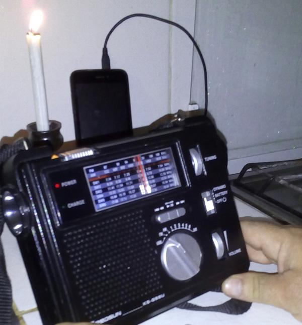 Algunos modelos de estos radios portátiles que se alimentan con baterías y también dinamo ofrecen la posibilidad, mediante un puerto USB, de recargar el móvil. Foto tomada de Cubasi.