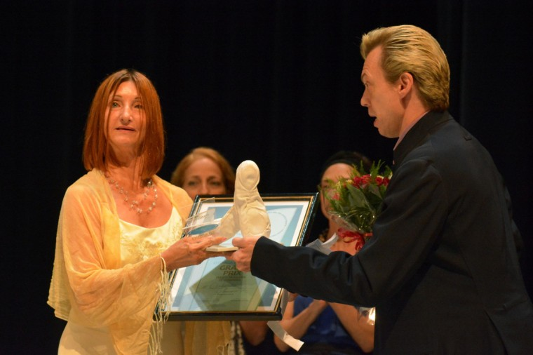 El bailarín ucraniano Vladimir Malakhov (D), entregó a la maestra Maricel Godoy (I), directora de la compañía Codanza, de la provincia Holguín, el Grand Prix de Puesta en Escena de Compañía, durante la noche de premiaciones del IV Concurso de Danza del Atlántico Norte, en el Teatro Eddy Suñol, de la ciudad de Holguín, Cuba, el 30 de septiembre de 2017. ACN FOTO/Juan Pablo CARRERAS