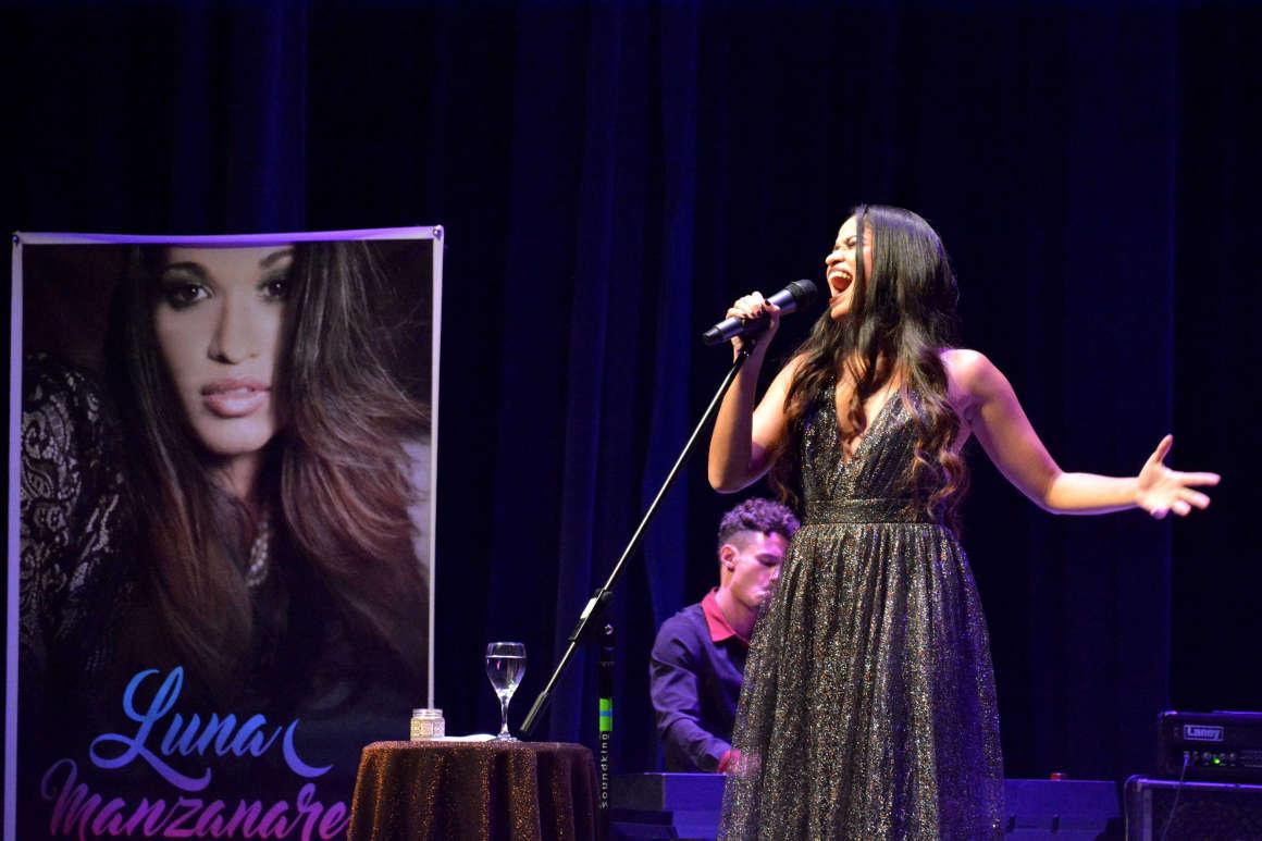 Luna Manzanares le canta a Holguín