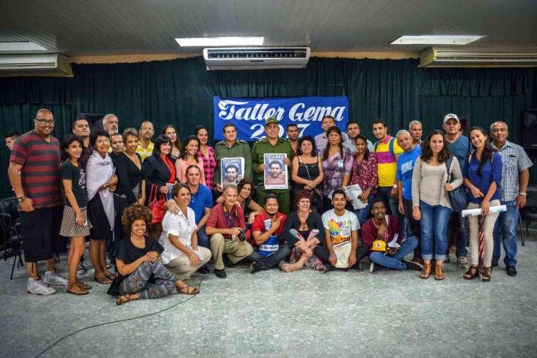 Foto oficial con los participantes en el segundo taller del Germinador de Experiencias Mediáticas Alternativas (GEMA), desarrollado en el recinto ferial Expo-Holguín, de la ciudad de Holguín, Cuba, el 26 de octubre de 2017, como parte de la XXIII Fiesta de la Cultura Iberoamericana. ACN FOTO/Juan Pablo CARRERAS