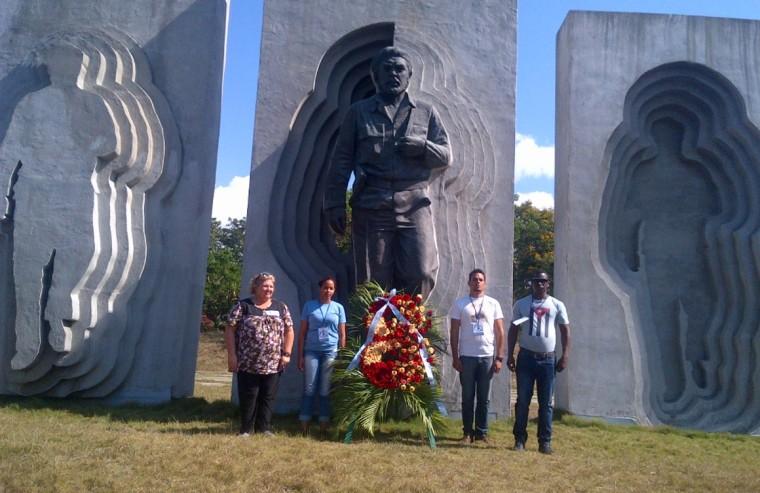 Aleida Guevara deposita ofrenda floral en el Monumento a su padre ubicado en la ciudad de Holguín. VDC Foto/Luis Ernesto Ruiz Martínez.