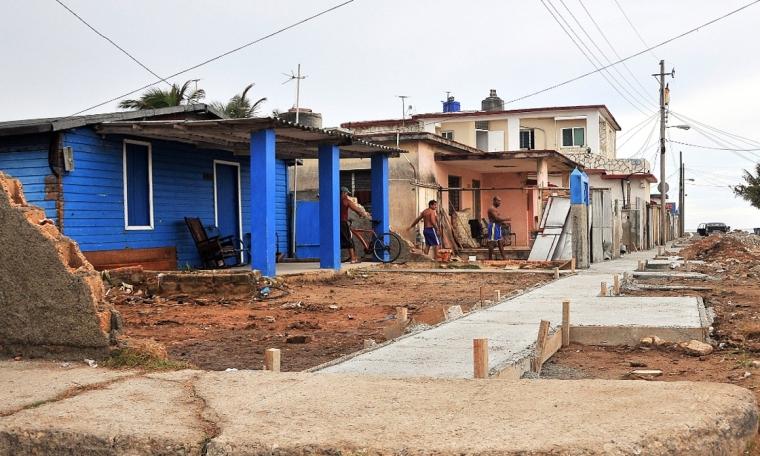 Daños y recuperación luego del paso del Huracán Irma, en Cojímar, localidad que forma parte del municipio de la Habana del Este, Cuba. Foto: Abel Rojas Barallobre .