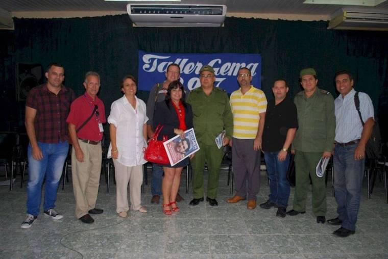 Miembros del proyecto EnREDados por Holguin con autoridades holguineras durante el desarrollo de Gema 2017.