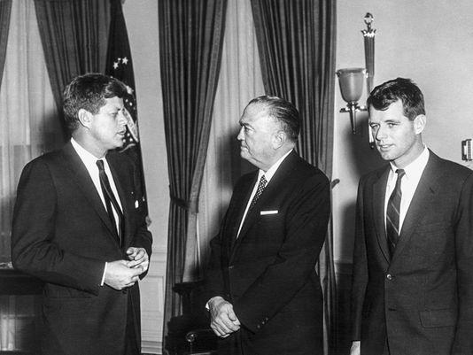 El Presidente John F. Kennedy, izquierda, su hermano Fiscal General Robert Kennedy, derecha, junto al Director del FBI J. Edgar Hoover. Foto: ABBIE ROWE / JFK PRESIDENTIAL LI, EPA-EFE.