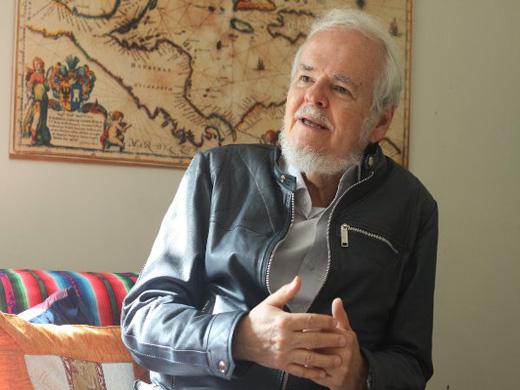 Luis Britto, prestigioso escritor venezolano intercambia con los delegados de la jornada. Foto: PatriaGrande