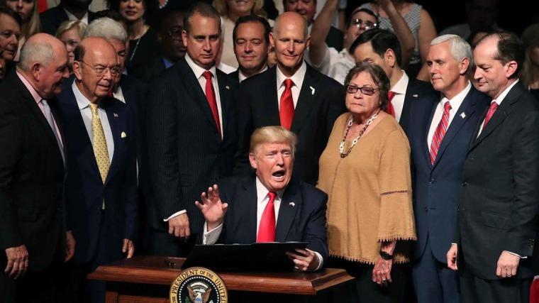 Donald Trump y la jauría de Miami. Foto tomada de internet.