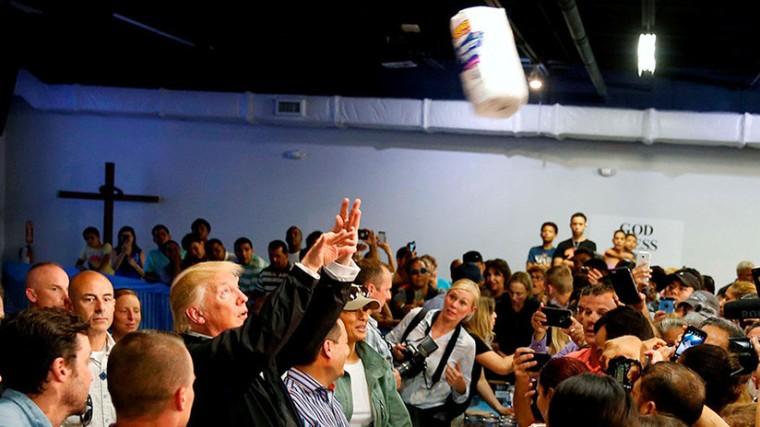 Trump lanza papel higiénico a los puertorriqueños. Foto: Jonathan Ernst/Reuters.