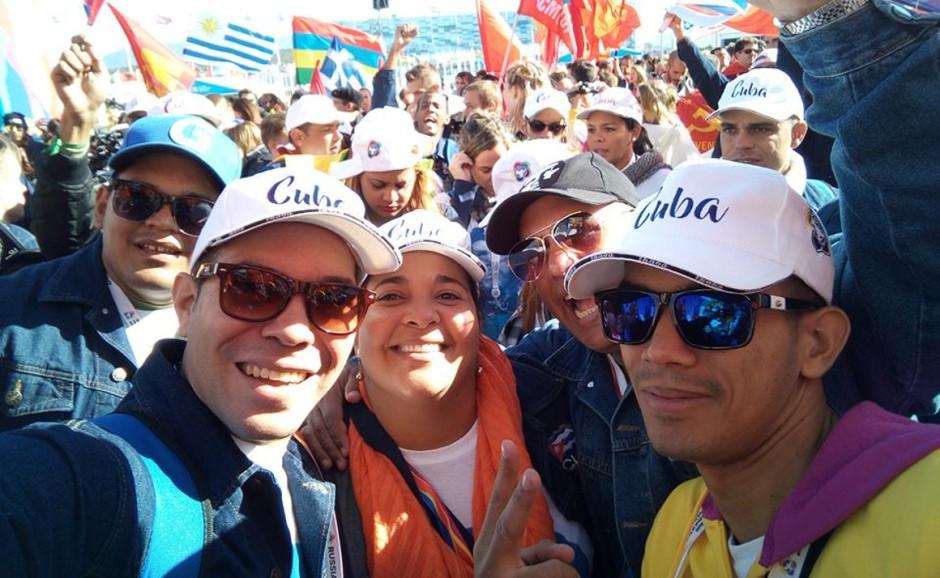 Yasel Toledo con otros delegados cubanos que participan en el Festival Mundial.