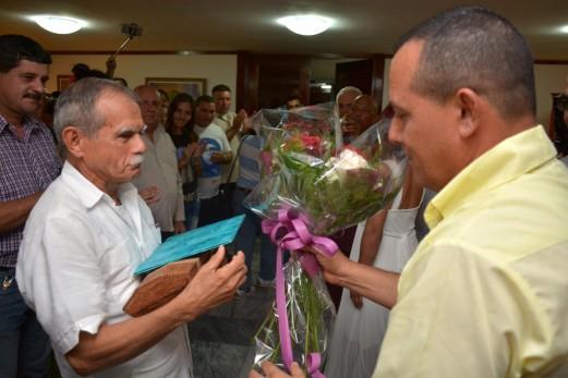 El Hacha de Holguín, símbolo oficial de la provincia Holguín, fue otorgada al patriota puertoriqueño Oscar López Rivera (I), quien es felicitado por Julio César Estupiñan Rodríguez (D), Presidente de la Asamblea Provincial del Poder Popular, en la Plaza de la Revolución Mayor General Calixto García, de la ciudad de Holguín, Cuba, el 23 de noviembre de 2017. ACN FOTO/Juan Pablo CARRERAS