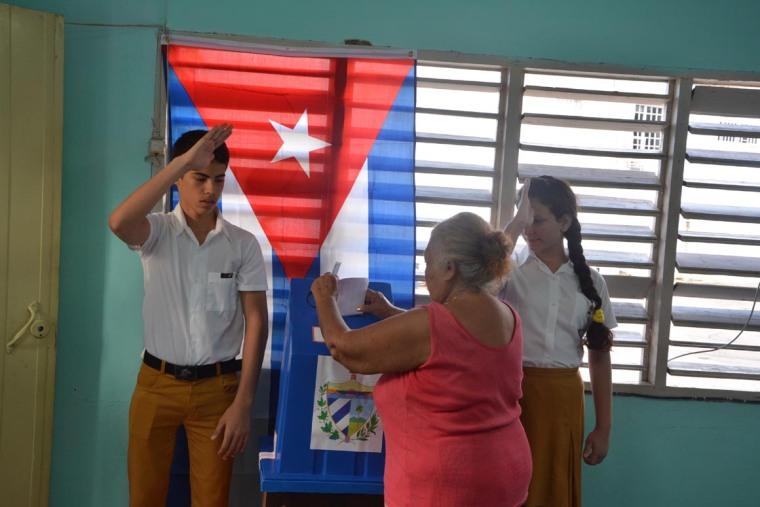 Los electores acuden desde las 7am al Colegio Electoral 5 de la circunscripción 135 del municipio Holguín. VDC FOTO/Luis Ernesto Ruiz Martínez.