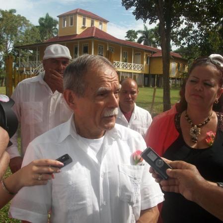 El independentista puertoriqueño Oscar López Rivera ofrece declaraciones a la prensa minutos después del recibimiento en Birán. VDC FOTO/Luis Ernesto Ruiz Martínez.