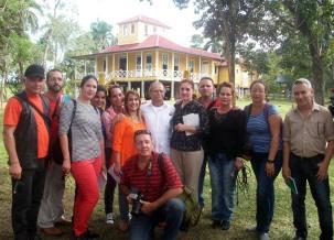 El independentista puertoriqueño Oscar López Rivera con algunos de los representantes de la prensa y conmigo, minutos después del recibimiento en Birán. VDC FOTO/Luis Ernesto Ruiz Martínez.
