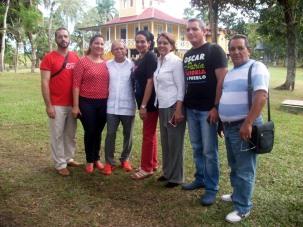 El independentista puertoriqueño Oscar López Rivera con el equipo del ICAP y algunos colaboradores, poco después del recibimiento en Birán. VDC FOTO/Luis Ernesto Ruiz Martínez.