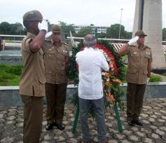 El independentista puertoriqueño Oscar López Rivera deposita una ofrenda floral al Mayor General Calixto García, minutos antes de recibir el Hacha de Holguín de manos de las principales autoridades de la provincia Holguín. VDC FOTO/Luis Ernesto Ruiz Martínez.