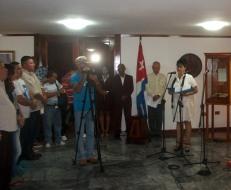 El independentista puertoriqueño Oscar López Rivera recibió el Hacha de Holguín de manos de las principales autoridades de la provincia Holguín. VDC FOTO/Luis Ernesto Ruiz Martínez.