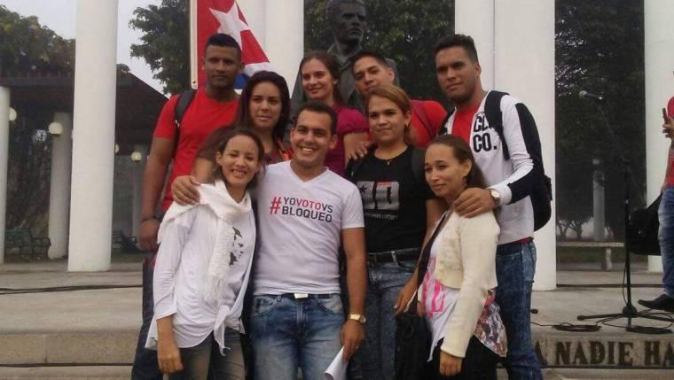 Jorgito (segundo de derecha a izquierda en la foto) con un grupo de dirigentes estudiantiles holguineros. Foto tomada de Facebook.
