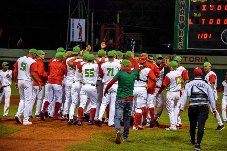 Integrantes del equipo de béisbol de Las Tunas, celebran la victoria frente a Industriales, en el sexto juego de la semifinal de la LVII Serie Nacional de Béisbol, en el estadio Julio Antonio Mella, de la ciudad tunera, el 16 de enero de 2018. ACN FOTO/Yaciel PEÑA DE LA PEÑA/