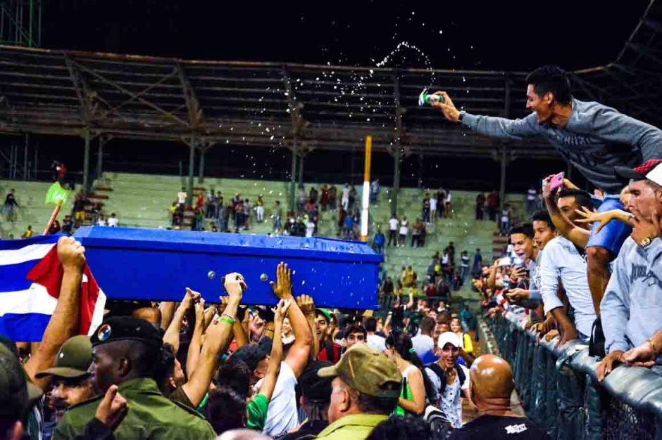 Pueblo tunero festeja victoria sobre Industriales en el Estadio Julio Antonio Mella, de la ciudad cabecera de la provincia Las Tunas, el 17 de enero de 2018. ACN FOTO/Yaciel PEÑA DE LA PEÑA/