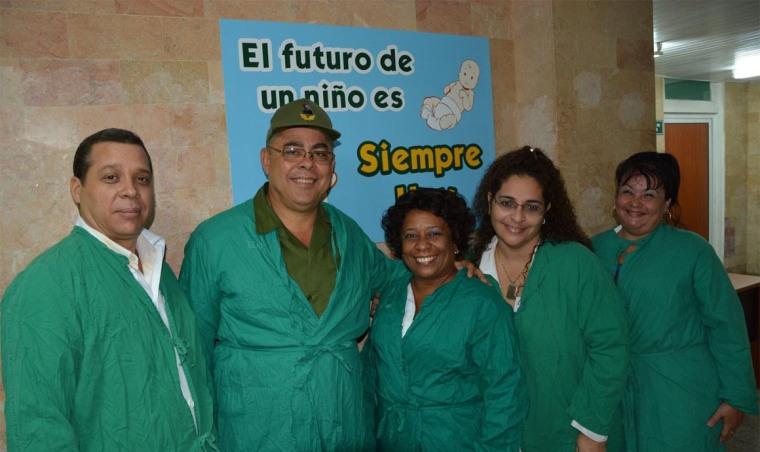 Luis Antonio Torres Iribar, Primer Secretario del PCC en Holguín, con parte del equipo de dirección del Hospital Lenin. Foto: Eliecer Osvaldo Borjas Batista.