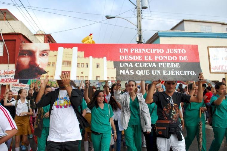 Desfile Pioneril en homenaje al aniversario 165 del natalicio de José Martí, efectuado en la ciudad de Holguín, el 28 de enero de 2018. Foto: Carlos Parra Zaldívar.