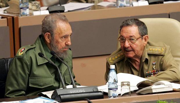 Fidel y Raúl dialogan en el Parlamento. Foto tomada de internet.