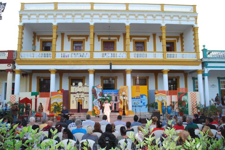 Desfile inaugural de la edición 36 de la Semana de la Cultura Holguinera. Foto: Carlos Parra Zaldívar.