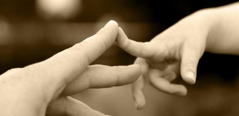 Nada material sustituye el contacto físico entre padres e hijos. Foto tomada de internet.