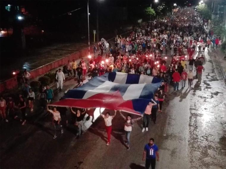 Jóvenes holguineros desarrollan Marcha de las Antorchas. Foto: Radio Angulo.
