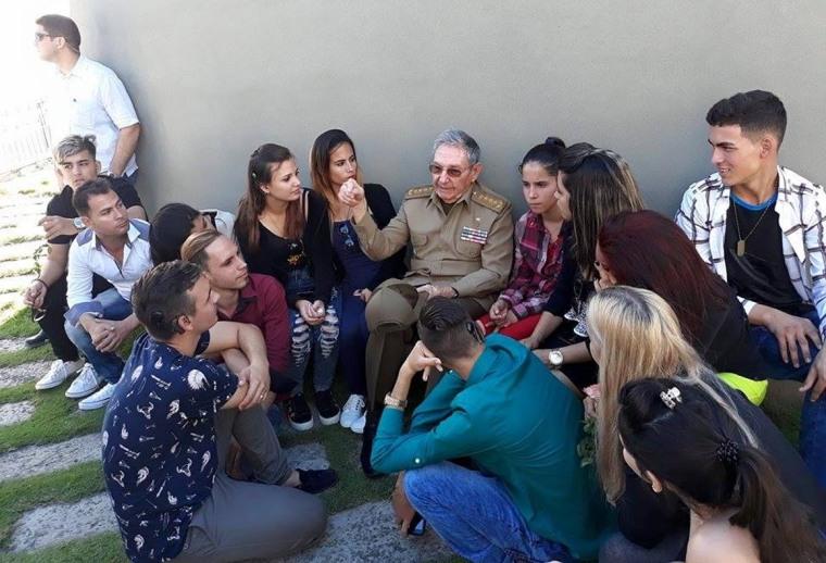 Raúl Castro Ruz conversa con jóvenes beneficiados con el programa de implantes cocleares. Foto: Estudios Revolución.